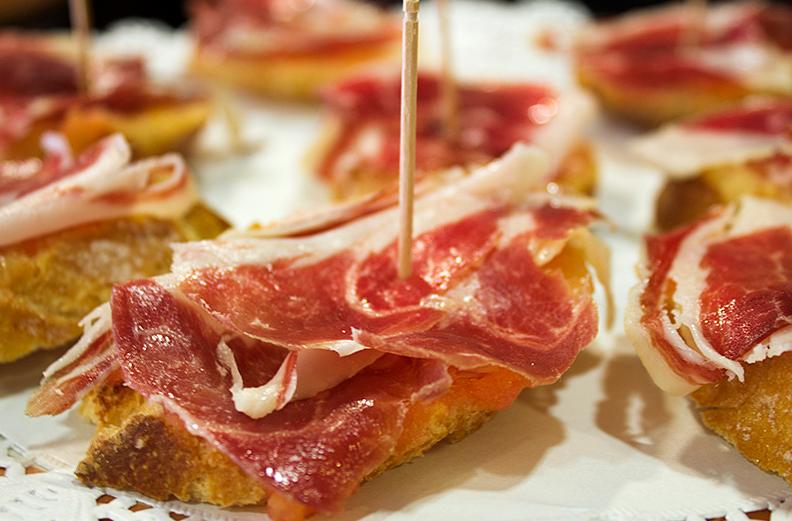 ¿Combina el jamón ibérico de bellota con fruta, quesos y otros alimentos?